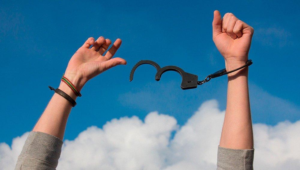 persona liberada de adicciones en instituciones públicas de tratamiento