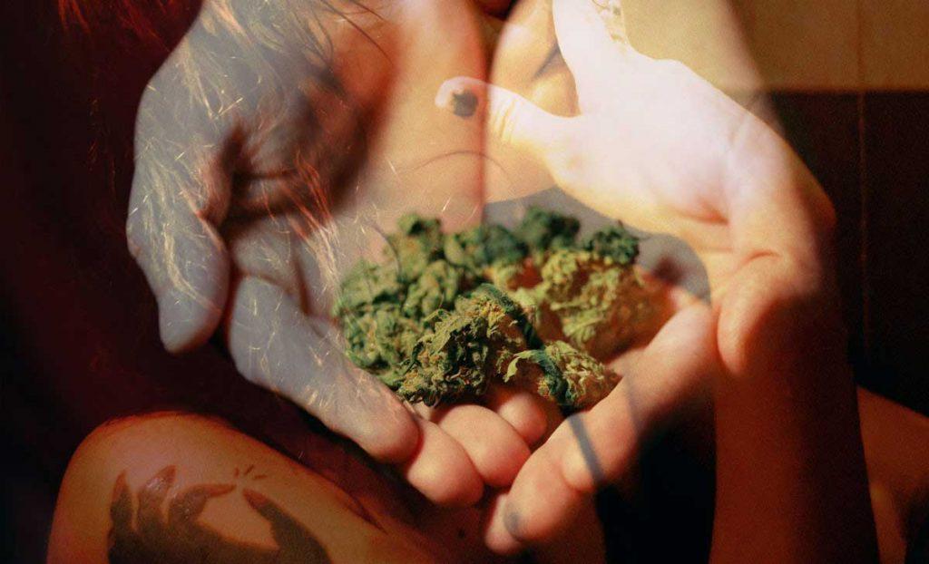 joven fumando marihuana, antes de ingresar en centros de desintoxicación para adolescentes