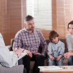 Intervencionista familiar en adicciones con una familia