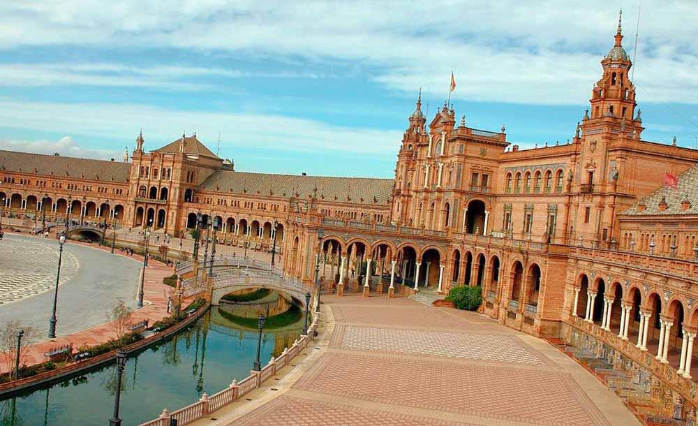 Recorremos la PLaza de españa desde uno de los centros de desintoxicación en Sevilla