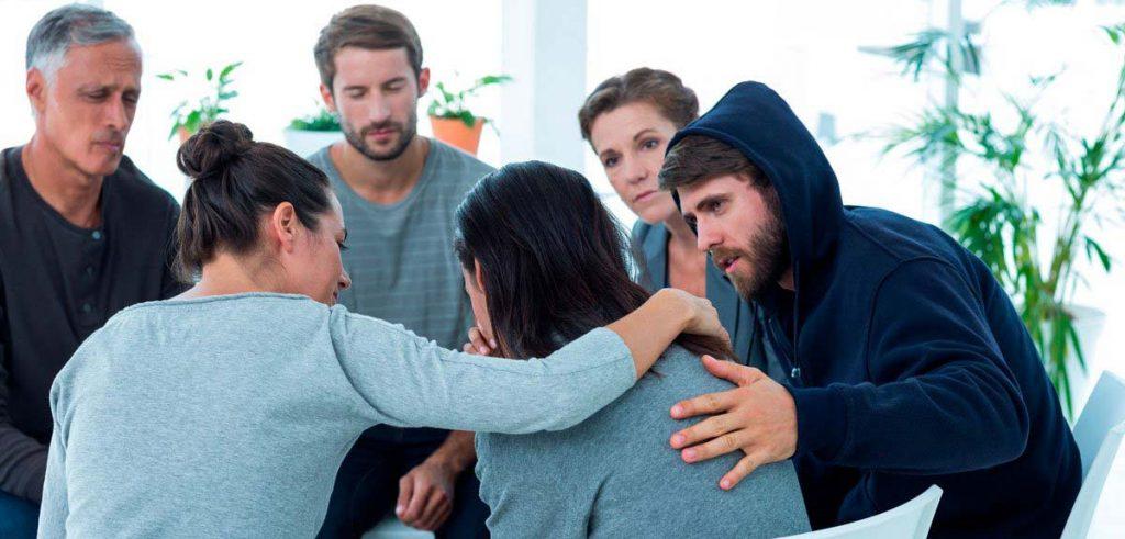 psicólogo especialista en adicciones en un grupo