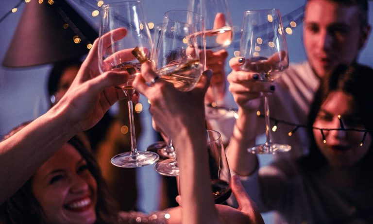 bebedor social en fiestas